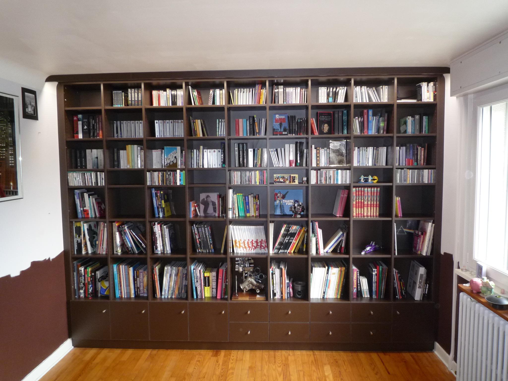Bibliotheque entre murs et sol plafond